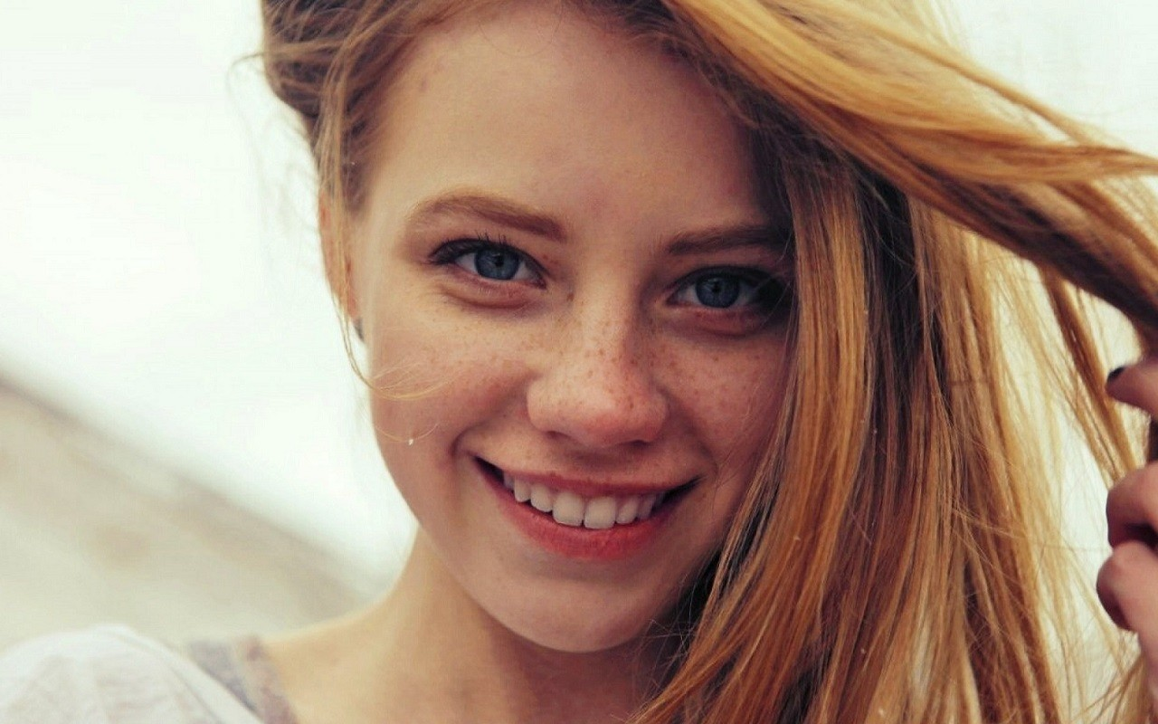 women-redhead-face-blue-eyes-freckles-smiling-1280x800